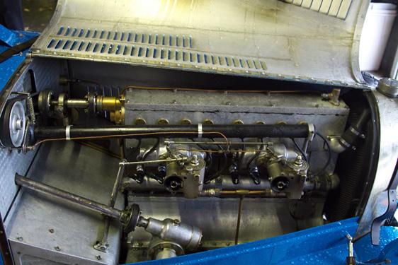 直列8気筒エンジン