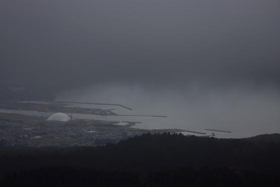 恐山を後にし、釜臥山の展望台へ。ここは途中の駐車場から。ガスってしまってよく見えない。