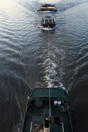 荒川を航行する船